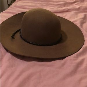 Accessories - Wide brim floppy hat